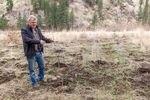 Carl Scheeler, manajer program satwa liar untuk Confederated Tribes of the Umatilla Indian Reservation, menunjukkan anakan yang ditanam di dekat Pendleton sebagai bagian dari proyek restorasi berang-berang di tanah suku.
